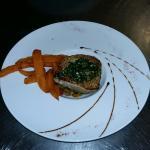 Thon au gingembre, aux légumes croquants et frites de patates douces.