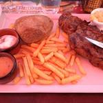 Belle viande et frites correctes, et enfin de la sauce au poivre