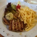 Schweinerücken Steak vom Grill mit Kräuterbutter