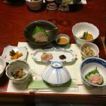 夕食。これに温菜(鮎塩焼き、饅頭、天ぷらなど)が付きます