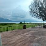La hermosa vista al lago