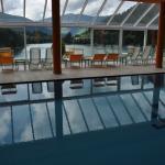 bella piscina con solarium vista lago