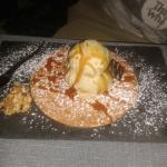 Antipasto misto e dolce biscotto montecatini con gelato al pistacchio e topping al caramello