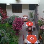 patio del hotel, mesas para desayunar