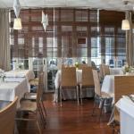 Restaurante el Jamoncito, descubre su terraza cubierta, zona de cafetería y tienda de delicatess