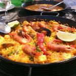 Impresionantes paellas de marisco y arroz a banda, trato exquisito, limpieza y mejorable vista a