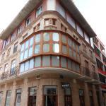 Edificio con esquina balconada