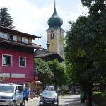 in het centrum, met zicht op de kerk van Westendorf