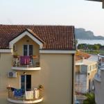 Боковой вид на море с балкона соседнего отеля