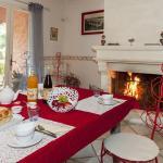 La table du petit déjeuner auprès d'un feu de cheminée