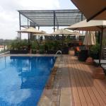 vue du rooftop avec piscine restaurant bar