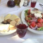 Греческий салат, критские сыры и домашнее вино. Что еще для счастья нужно?!