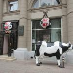 牛の置物が目印