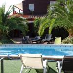 Une piscine et un spa chauffé. ..