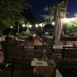 Biergarten der Dorfschänke bei Nacht