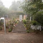 墜落地点に設置された昇魂の碑、左の鐘は遺族会が建立。