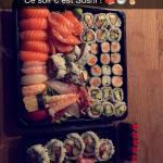 Assiette Tsuki Hana tout au saumon et plateau numéro 33 à emporter ! Délicieux ! 🍣🍣