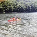 Canoas de la casa en el rio