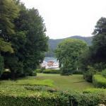 食堂横のベランダからの眺め(奥はウィンダミア湖)