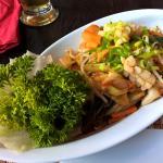 Tintenfisch gebraten mit einer Chili-Marinade, Zitronengras und frischem Gemüse (pikant)