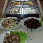 buffet de saladas e pratos quentes
