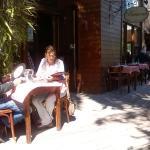 Uno de los restaurantes (con menú en un disco de vinilo) a la entrada