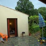 Teilansicht von der Überdachten Terrasse Sicht auf die Außentür eines Schlafraumes