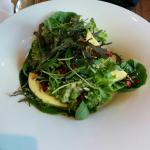 Herbstlicher Salat mit Tahindressing, Avocado, Kernen und Kürbis