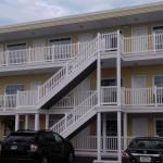 Motel has three floors of exterior entrance rooms
