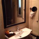 Dusche eher lauwarm. Sauberkeit ok. Besondere Einrichtung. Angenehm weiches Bett. Vielseitiges F