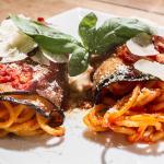 Involtini di melanzane ripieni con tonnarelli pomodoro e basilico e parmigiano stagionato 36 mes