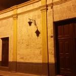 esta es parte de la calle, que es muy bonita, es la fachada de la casa de enfrente
