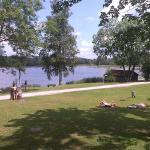 расположение на берегу живописного озера