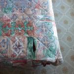 un dessus de lit déchiré