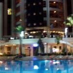 Avondzicht aan zwembad vanaf de Bar