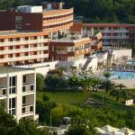Blick zum Hotel und Nachbarn