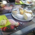 Fromage servi sur la table, pas d assiette :vous n en avez pas demandé....