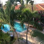 Uitzicht vanuit balkon op zwembad gedeelte