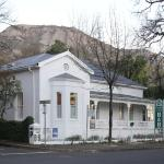 Rodeberg Lodge with Paarl Rock at the back.