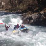 Splavarenje rečnim brzacima i spuštanje gumama