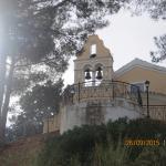 Kerk van de aartsengelen, boven het dorpje uitkijkend.