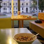 ontbijtzaal met uitzicht op de straat met tramhalte