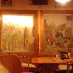 Картины на стенах в зале