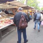 Feira livre na rua ao lado: Rue Edgard Quinet