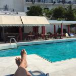 Hotel with a great view. Ruime simpele kamers allen met uitzicht op zee. Personeel is super vrie