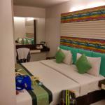 kamar dengan 3 tempat tidur
