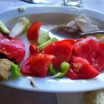 салат был большой, со сладким луком и хорошими помидорами