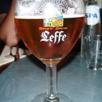 Cerveza y botella de agua al fondo