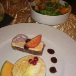 Dans l'orde: tartare de thon salade verte, gambas grillées, foie gras mi cuit, tarte au citron r