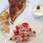 Souffle aux œufs et duxelle de jambon et tomate, crème sûre et pomme de terre